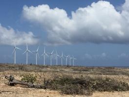 Parque eólico em algum lugar no meio da Ilha